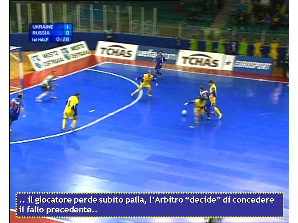 .. il giocatore perde subito palla, l'Arbitro decide di concedere il fallo precedente..