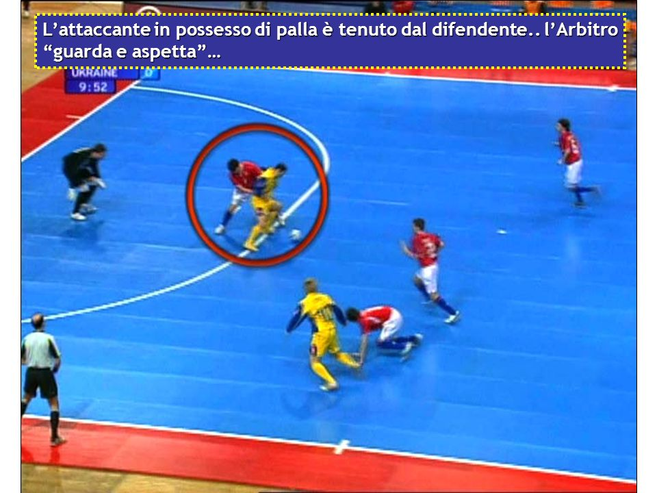 L'attaccante in possesso di palla è tenuto dal difendente