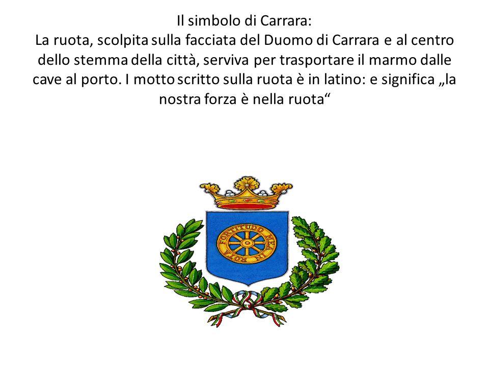 Il simbolo di Carrara: La ruota, scolpita sulla facciata del Duomo di Carrara e al centro dello stemma della città, serviva per trasportare il marmo dalle cave al porto.
