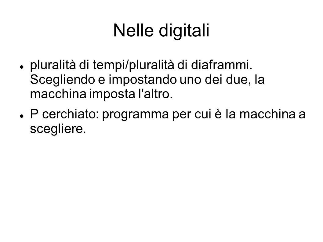 Nelle digitali pluralità di tempi/pluralità di diaframmi. Scegliendo e impostando uno dei due, la macchina imposta l altro.