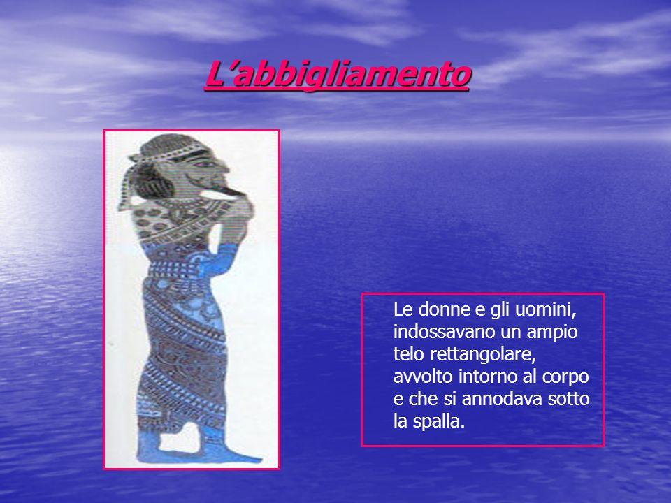 L'abbigliamento Le donne e gli uomini, indossavano un ampio telo rettangolare, avvolto intorno al corpo e che si annodava sotto la spalla.