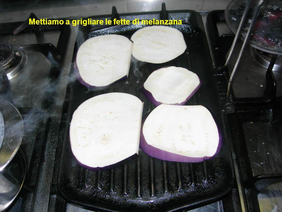 Mettiamo a grigliare le fette di melanzana