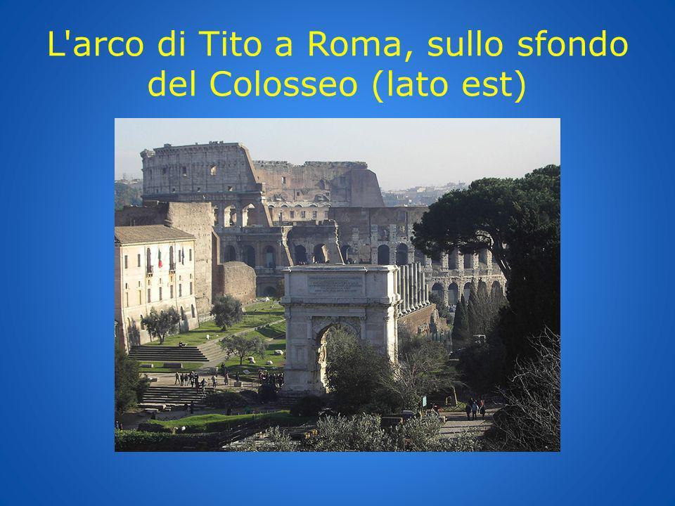 L arco di Tito a Roma, sullo sfondo del Colosseo (lato est)