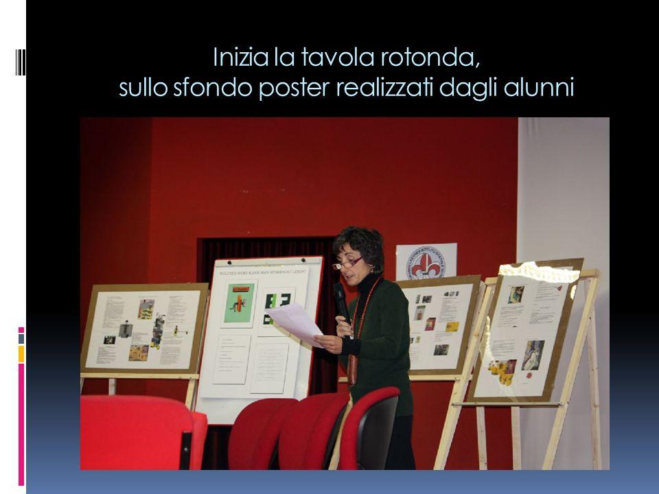 Inizia la tavola rotonda, sullo sfondo poster realizzati dagli alunni