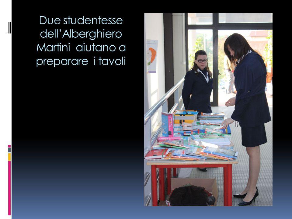 Due studentesse dell'Alberghiero Martini aiutano a preparare i tavoli