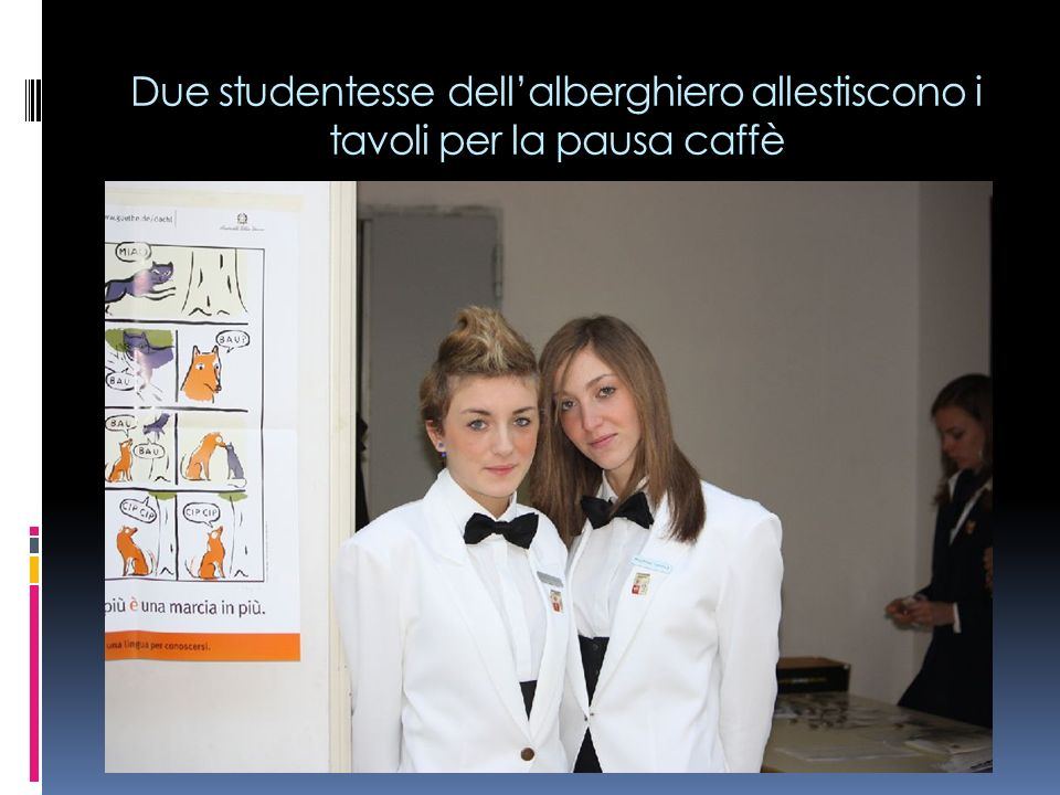 Due studentesse dell'alberghiero allestiscono i tavoli per la pausa caffè