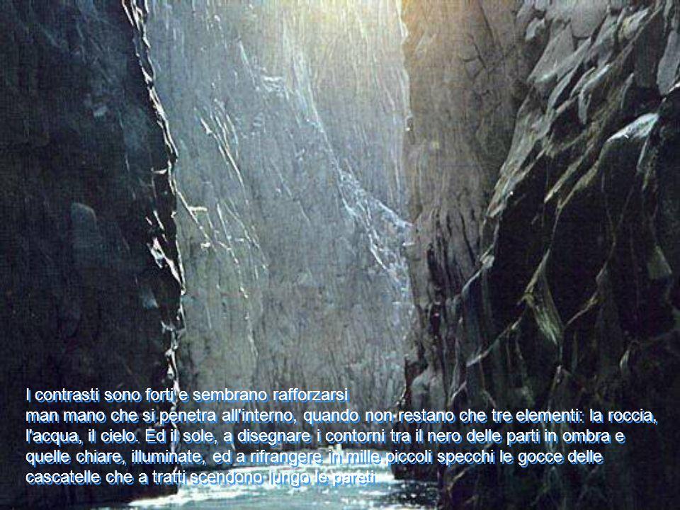 I contrasti sono forti e sembrano rafforzarsi man mano che si penetra all interno, quando non restano che tre elementi: la roccia, l acqua, il cielo.