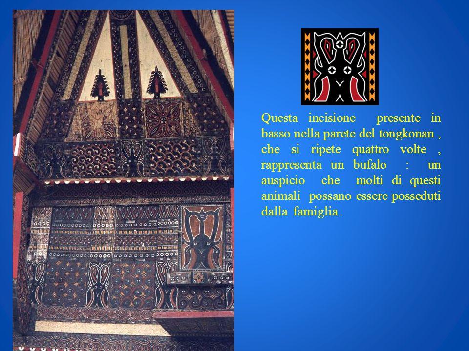 Questa incisione presente in basso nella parete del tongkonan , che si ripete quattro volte , rappresenta un bufalo : un auspicio che molti di questi animali possano essere posseduti dalla famiglia .