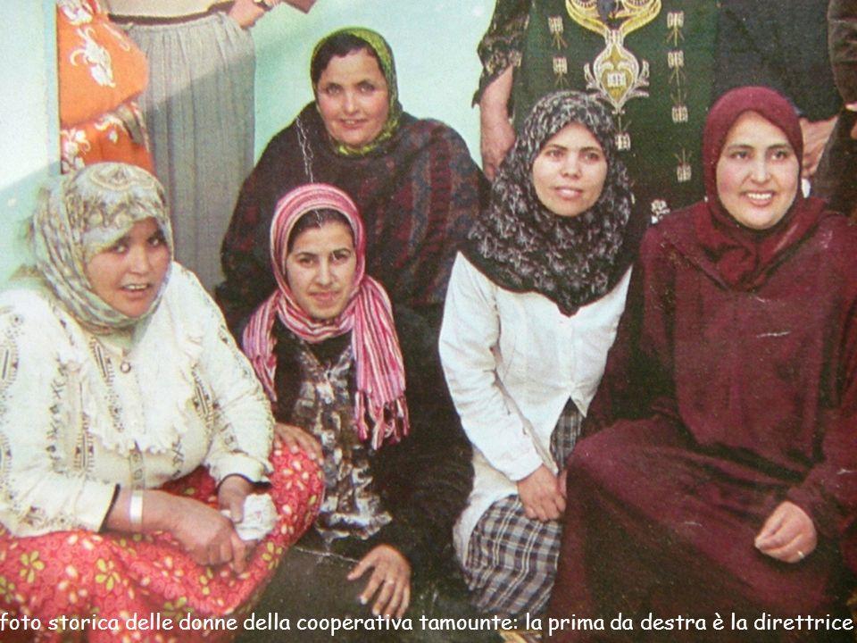 foto storica delle donne della cooperativa tamounte: la prima da destra è la direttrice