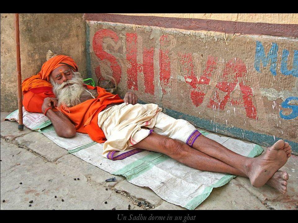 Un Sadhu dorme in un ghat