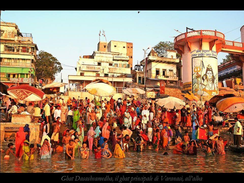 Ghat Dasashvamedha, il ghat principale di Varanasi, all'alba
