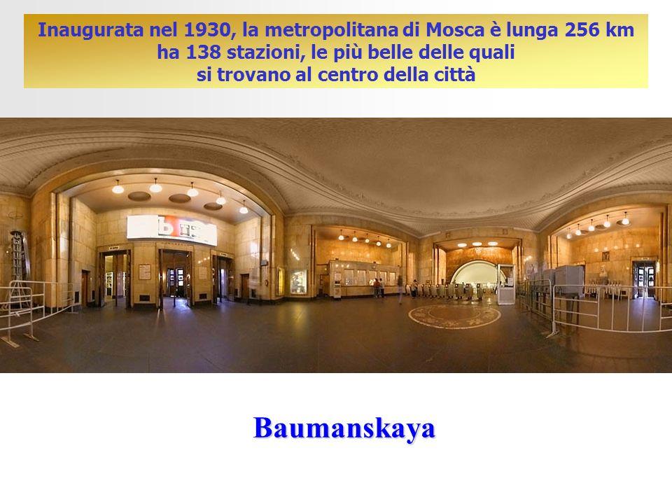 Inaugurata nel 1930, la metropolitana di Mosca è lunga 256 km ha 138 stazioni, le più belle delle quali si trovano al centro della città