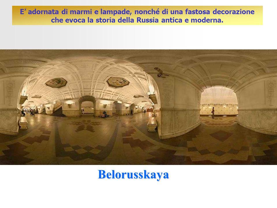 E' adornata di marmi e lampade, nonché di una fastosa decorazione che evoca la storia della Russia antica e moderna.