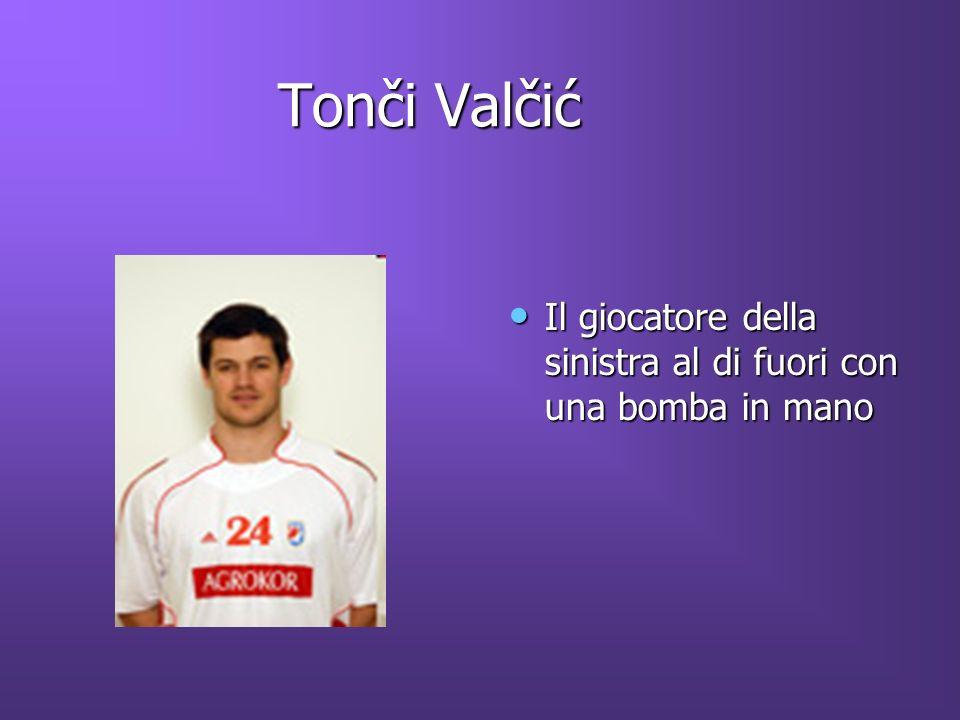 Tonči Valčić Il giocatore della sinistra al di fuori con una bomba in mano
