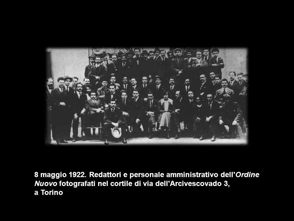 8 maggio 1922. Redattori e personale amministrativo dell Ordine Nuovo fotografati nel cortile di via dell Arcivescovado 3,