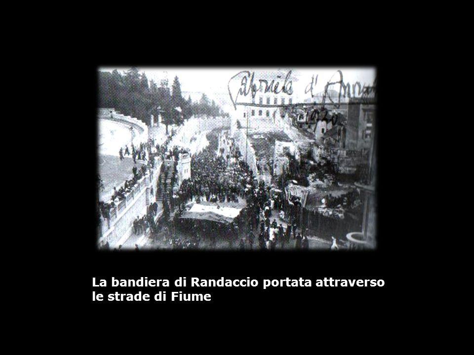 La bandiera di Randaccio portata attraverso le strade di Fiume