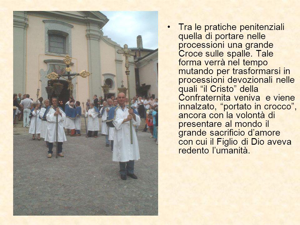Tra le pratiche penitenziali quella di portare nelle processioni una grande Croce sulle spalle.