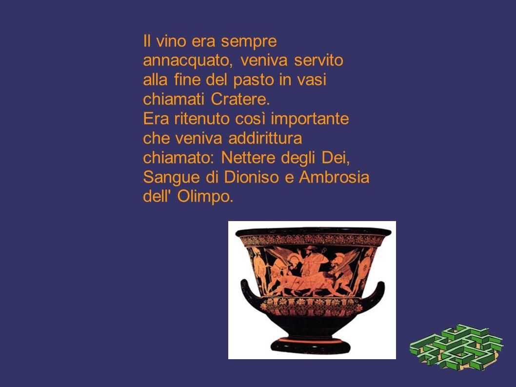 Il vino era sempre annacquato, veniva servito alla fine del pasto in vasi chiamati Cratere.