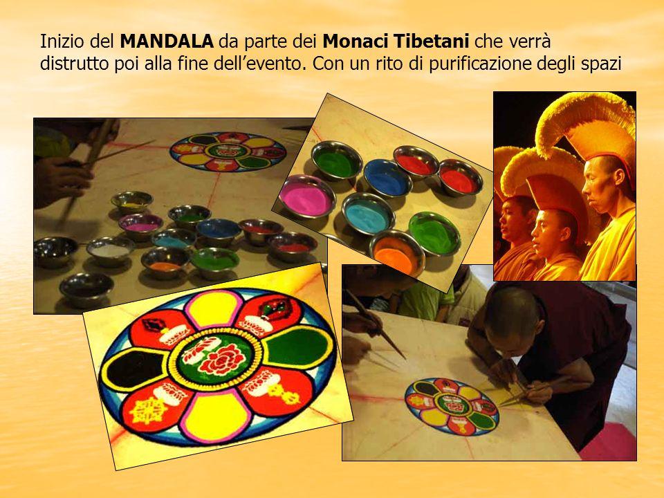 Inizio del MANDALA da parte dei Monaci Tibetani che verrà distrutto poi alla fine dell'evento.