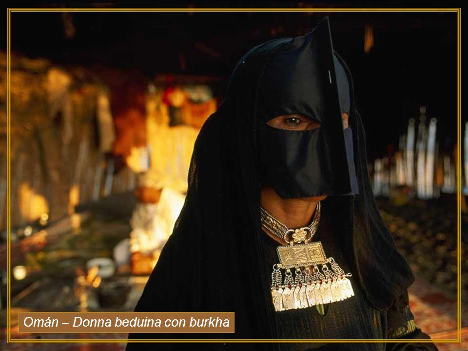 Omán – Donna beduina con burkha