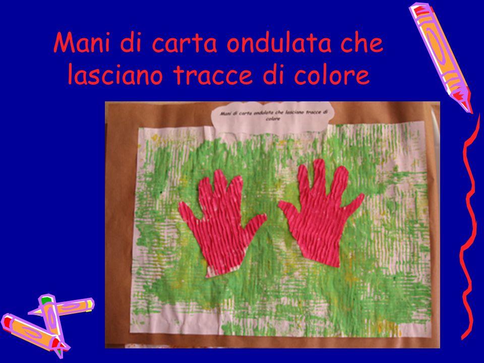 Mani di carta ondulata che lasciano tracce di colore