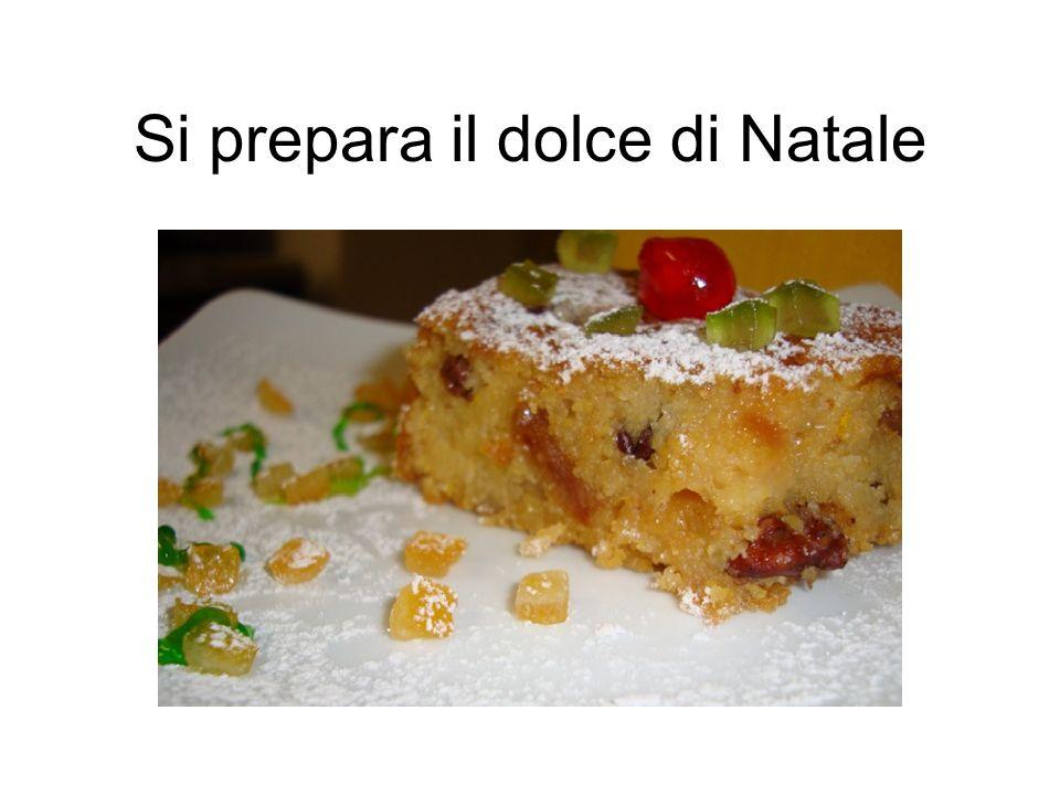 Si prepara il dolce di Natale