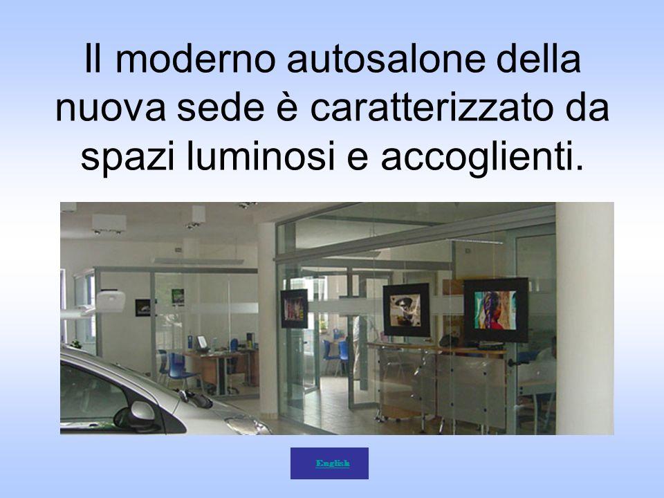 Il moderno autosalone della nuova sede è caratterizzato da spazi luminosi e accoglienti.
