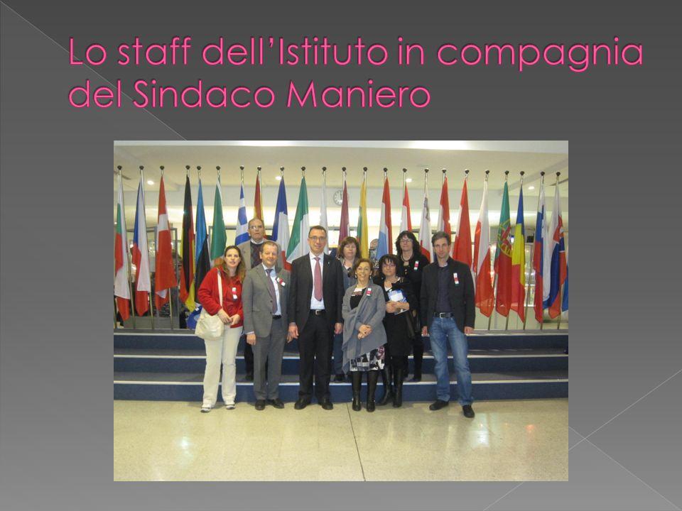 Lo staff dell'Istituto in compagnia del Sindaco Maniero