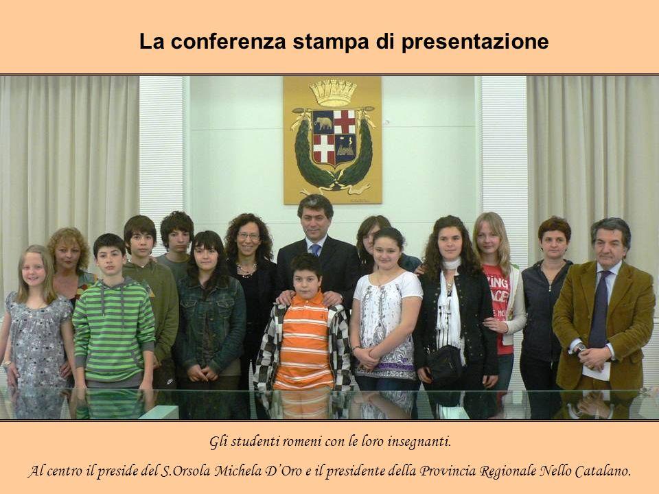Gli studenti romeni con le loro insegnanti.