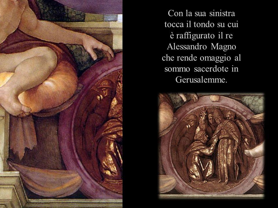 Con la sua sinistra tocca il tondo su cui è raffigurato il re Alessandro Magno che rende omaggio al sommo sacerdote in Gerusalemme.