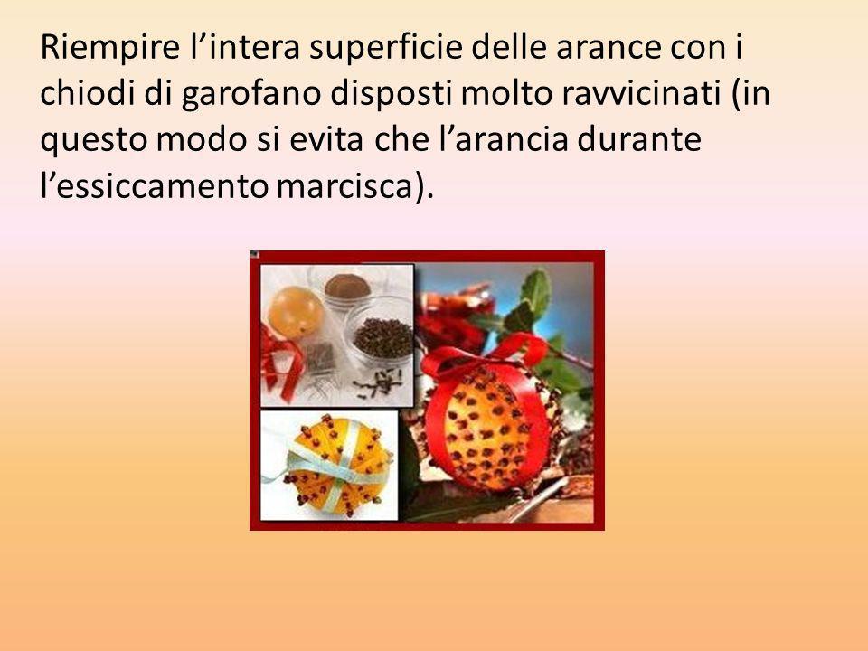 Riempire l'intera superficie delle arance con i chiodi di garofano disposti molto ravvicinati (in questo modo si evita che l'arancia durante l'essiccamento marcisca).