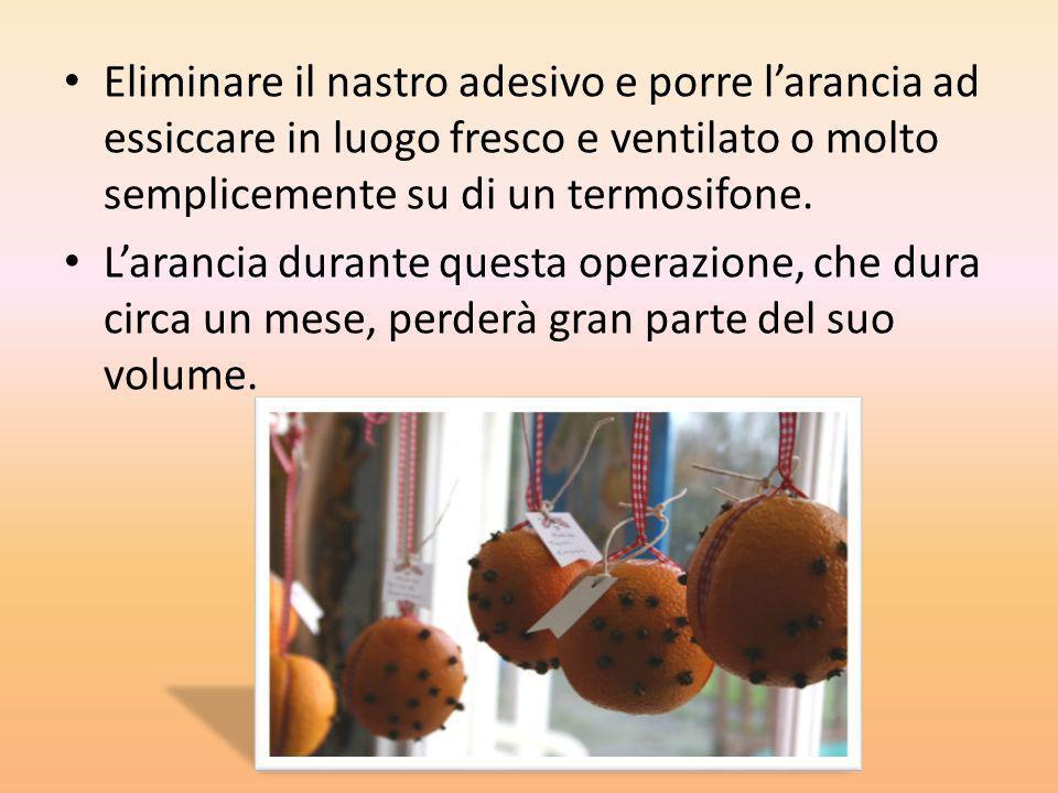 Eliminare il nastro adesivo e porre l'arancia ad essiccare in luogo fresco e ventilato o molto semplicemente su di un termosifone.
