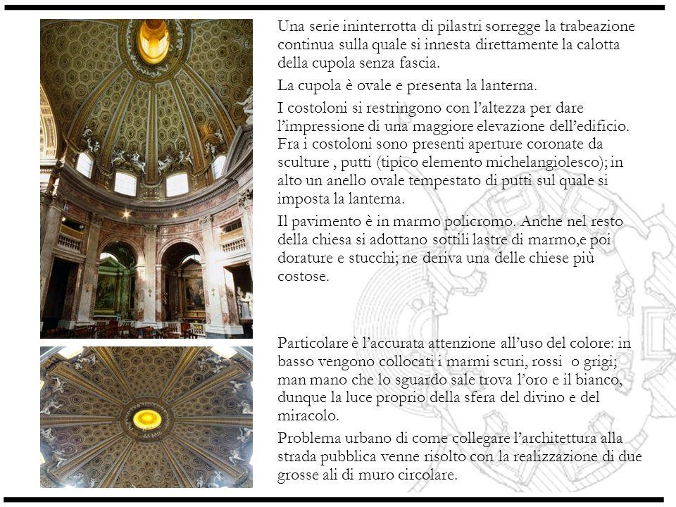 Una serie ininterrotta di pilastri sorregge la trabeazione continua sulla quale si innesta direttamente la calotta della cupola senza fascia.