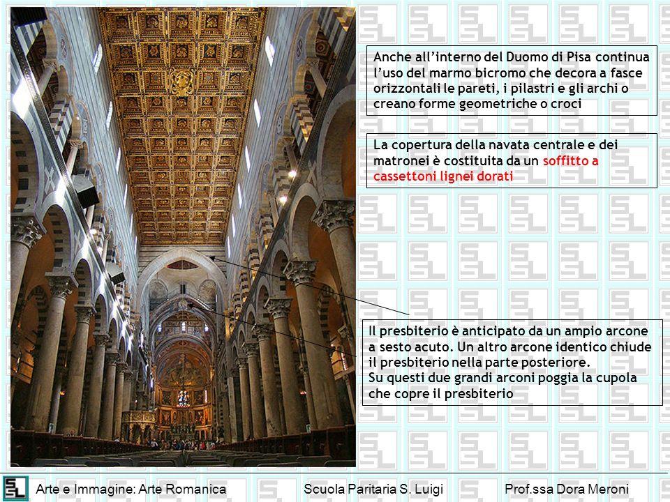 Anche all'interno del Duomo di Pisa continua l'uso del marmo bicromo che decora a fasce orizzontali le pareti, i pilastri e gli archi o creano forme geometriche o croci