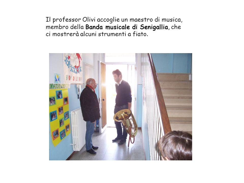Il professor Olivi accoglie un maestro di musica, membro della Banda musicale di Senigallia, che ci mostrerà alcuni strumenti a fiato.