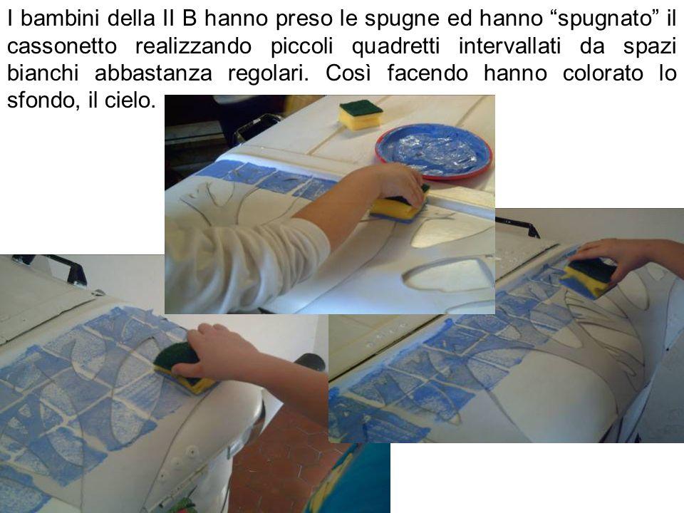 I bambini della II B hanno preso le spugne ed hanno spugnato il cassonetto realizzando piccoli quadretti intervallati da spazi bianchi abbastanza regolari.