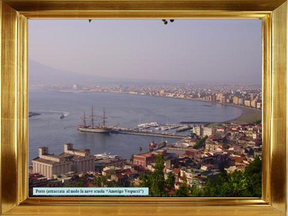 Porto (attraccata al molo la nave scuola Amerigo Vespucci )