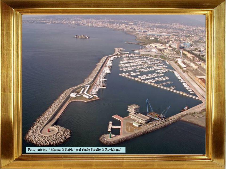 Porto turistico Marina di Stabia (sul fondo Scoglio di Rovigliano)