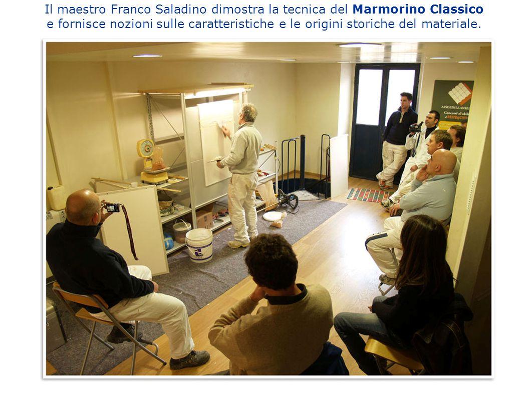 Il maestro Franco Saladino dimostra la tecnica del Marmorino Classico