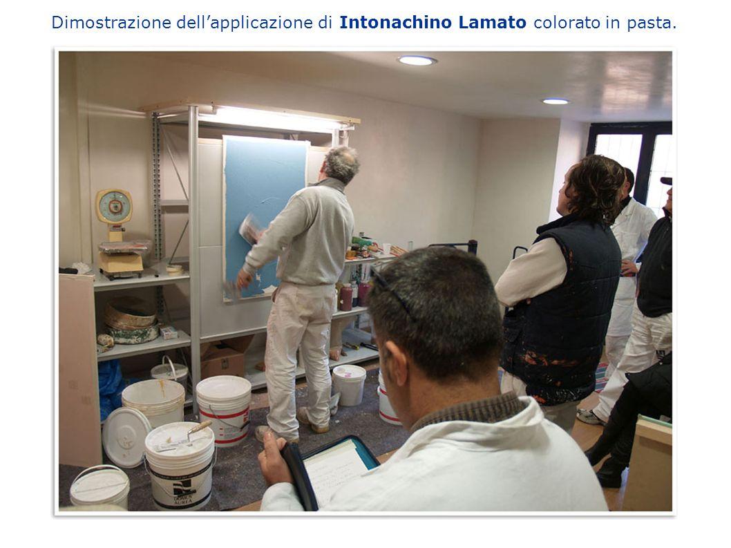 Dimostrazione dell'applicazione di Intonachino Lamato colorato in pasta.