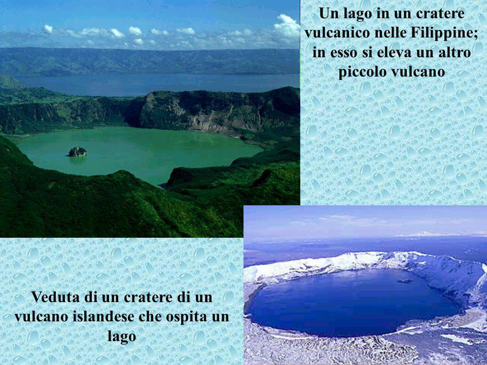 Veduta di un cratere di un vulcano islandese che ospita un lago