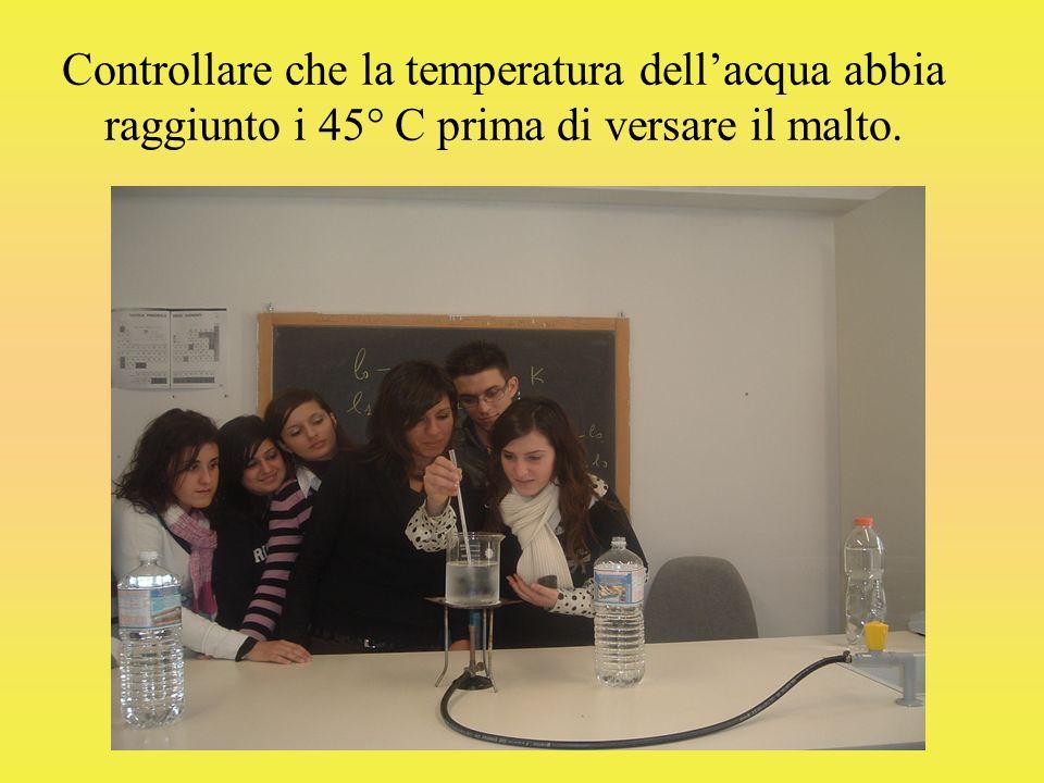 Controllare che la temperatura dell'acqua abbia raggiunto i 45° C prima di versare il malto.