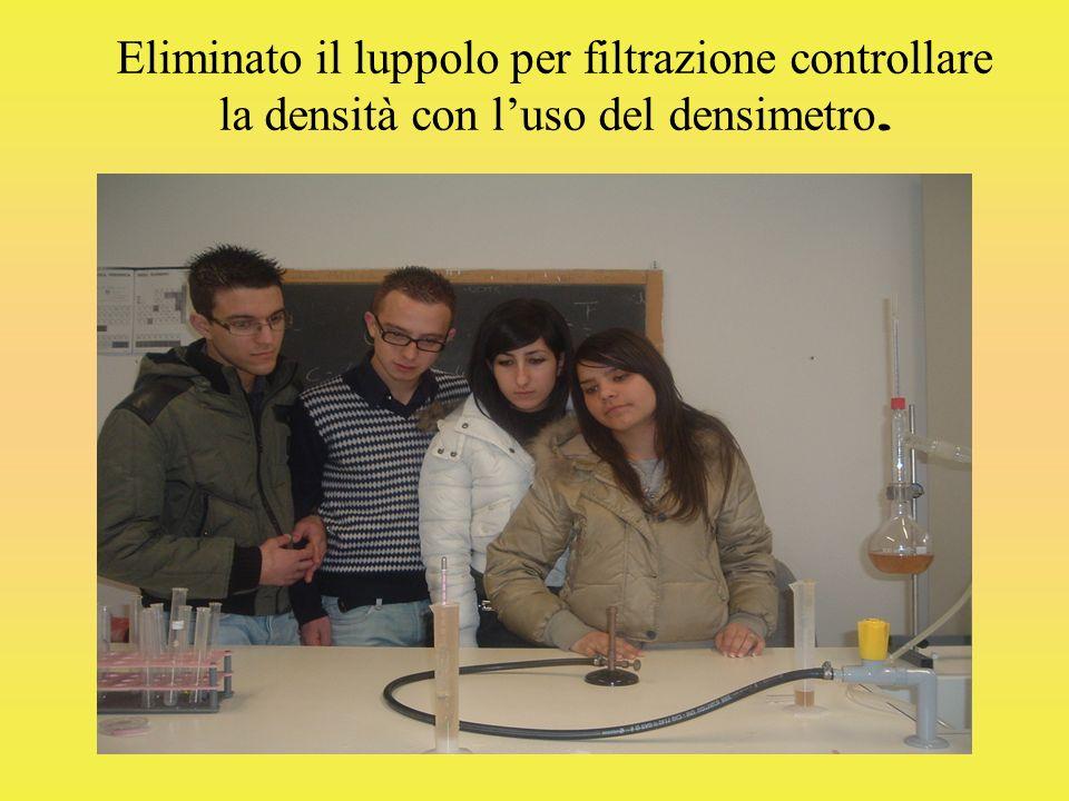 Eliminato il luppolo per filtrazione controllare la densità con l'uso del densimetro.