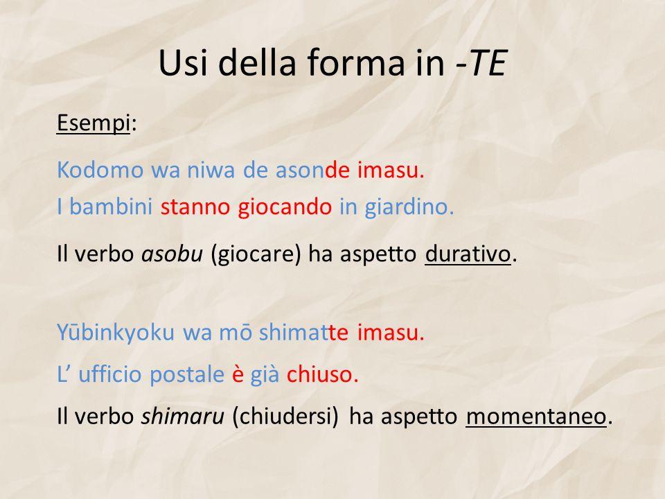 Usi della forma in -TE Esempi: Kodomo wa niwa de asonde imasu.