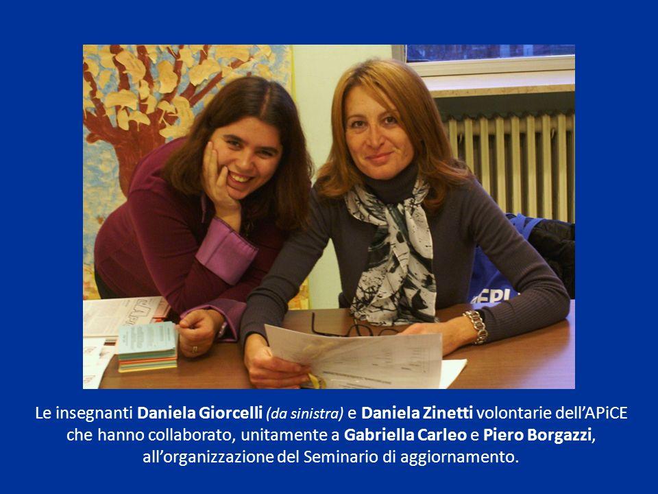 Le insegnanti Daniela Giorcelli (da sinistra) e Daniela Zinetti volontarie dell'APiCE che hanno collaborato, unitamente a Gabriella Carleo e Piero Borgazzi, all'organizzazione del Seminario di aggiornamento.