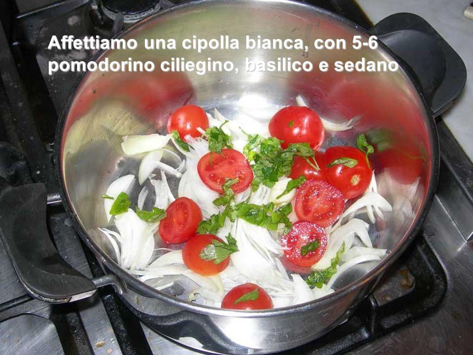 Affettiamo una cipolla bianca, con 5-6 pomodorino ciliegino, basilico e sedano