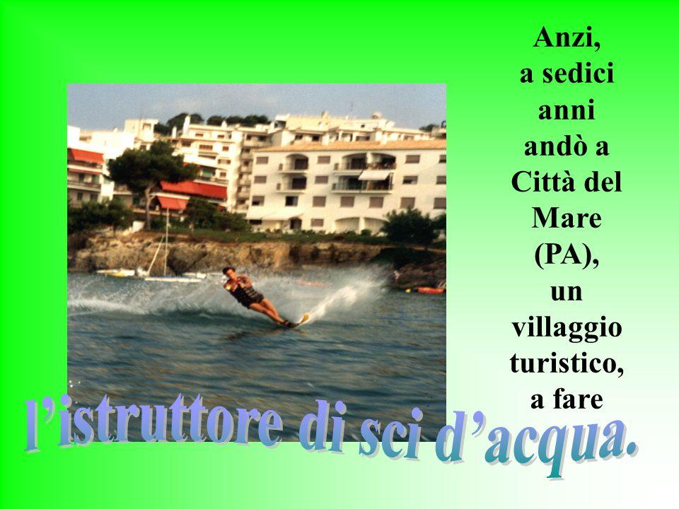 un villaggio turistico, l'istruttore di sci d'acqua.