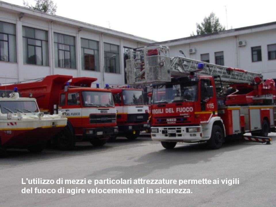 L utilizzo di mezzi e particolari attrezzature permette ai vigili del fuoco di agire velocemente ed in sicurezza.