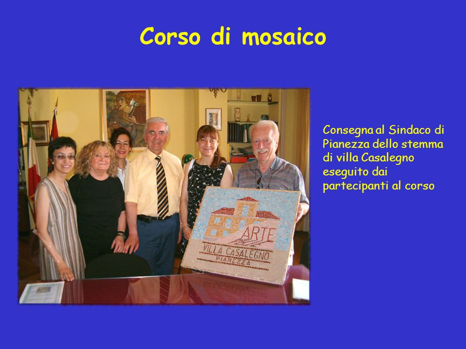 Corso di mosaico Consegna al Sindaco di Pianezza dello stemma di villa Casalegno eseguito dai partecipanti al corso.