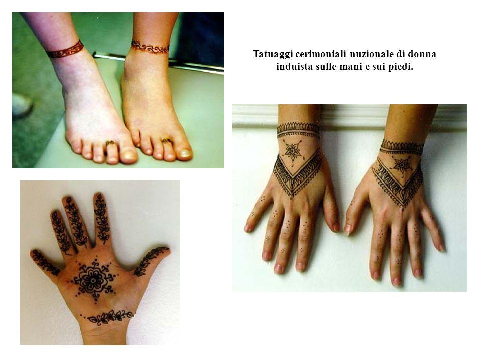 Tatuaggi cerimoniali nuzionale di donna induista sulle mani e sui piedi.